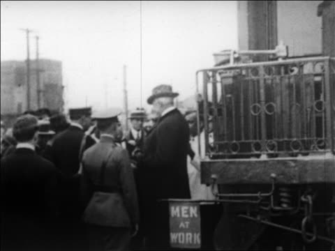 b/w 1923 ailing warren g harding getting off train as crowd surrounds him / california / newsreel - 1923 stock-videos und b-roll-filmmaterial