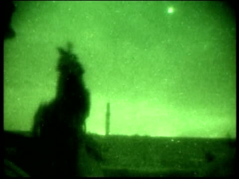 vídeos de stock e filmes b-roll de aide seized pool iraq fallujah nightsight shots of us marines involved in a gun fight with iraqi insurgents with gunfire and marines' voices heard sot - fuzileiro naval