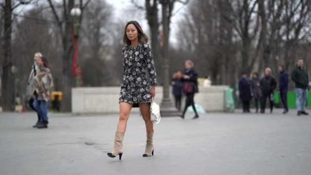 vidéos et rushes de aimee song wears a flower print dress boots outside chanel during paris fashion week haute couture spring/summer 2018 on january 23 2018 in paris... - robe