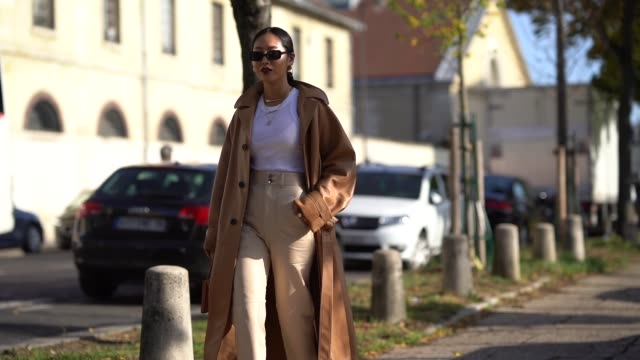 vídeos y material grabado en eventos de stock de aimee song wears sunglasses, a brown leather trench coat, a white top, , outside loewe, during paris fashion week - womenswear spring summer 2020, on... - abrigo