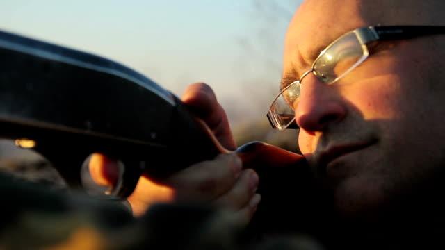 stockvideo's en b-roll-footage met aiming in target close up - jachtgeweer