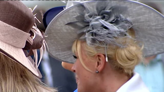 vídeos y material grabado en eventos de stock de aintree ladies' day general views england merseyside aintree racecourse ext women arriving wearing fancy hats on ladies' day / close shot gold... - tocado accesorio de cabeza