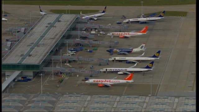 chaos at british airports and arrests made heathrow airport view of grounded planes including easyjet and ryanair planes pan air view of passengers... - ライアンエアー点の映像素材/bロール