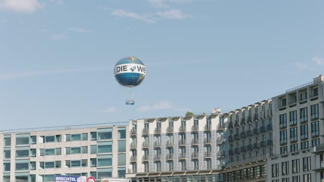 stockvideo's en b-roll-footage met air balloon floating in the sky / berlin, germany - straatnaambord