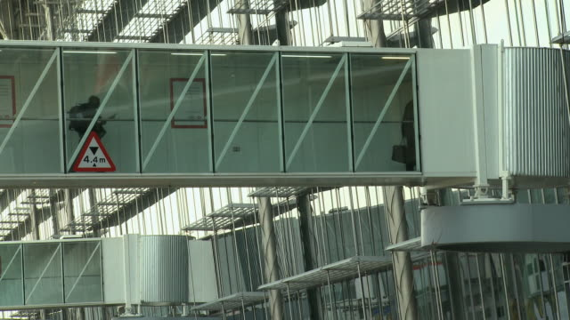 ws air bridge with passengers walking across, london, united kingdom - flugpassagier stock-videos und b-roll-filmmaterial