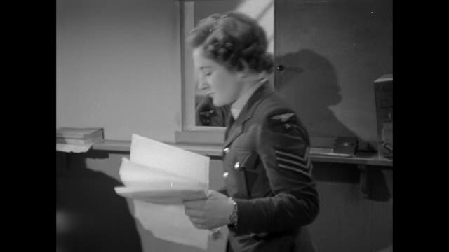 vídeos y material grabado en eventos de stock de montage air communique intelligence officers submit their enemy casualties to the group headquarters where they are confirmed and then passed on to fighter command where they are once again checked / united kingdom - batalla de inglaterra