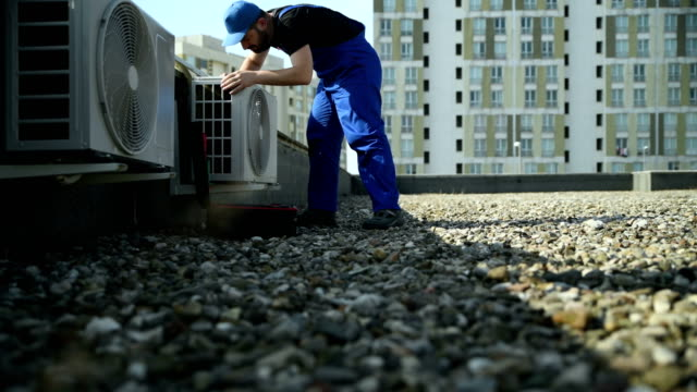 air conditioner service - 4k resolution - tecnico video stock e b–roll