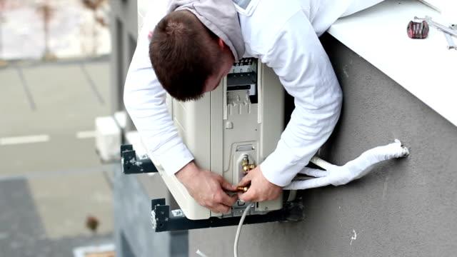 air klimaanlage - handwerker stock-videos und b-roll-filmmaterial