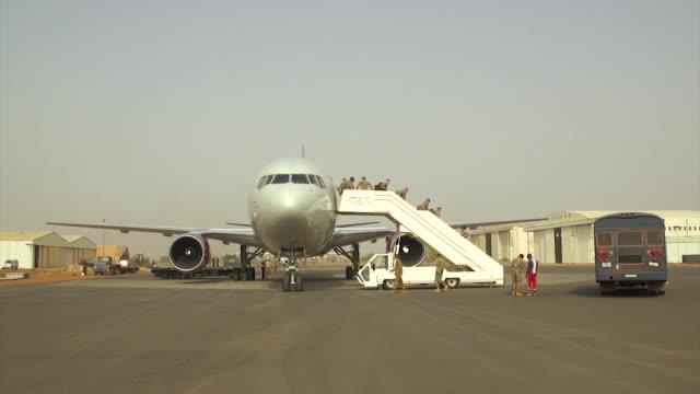 air force 435th air expeditionary wing, usafe, deploy from ramstein air base to west africa. - bagnato bildbanksvideor och videomaterial från bakom kulisserna