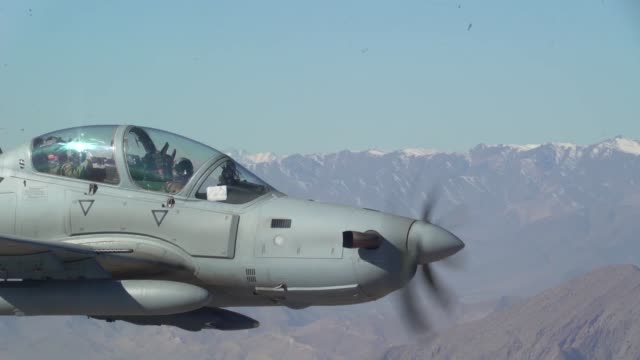 vídeos de stock e filmes b-roll de us air force air instructors partnered with a29 super tucano afghan air force pilots on a training mission of train advise assist commandair while... - coligação