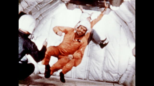 vídeos de stock e filmes b-roll de us air force airplane on tarmac / mercury program astronauts in zero gravity / gus grissom at flight controls on january 01 1961 - 1961