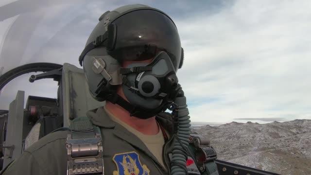 vídeos de stock, filmes e b-roll de us air force f16 aggressors participate in red flag at nellis air force base - nellis air force base