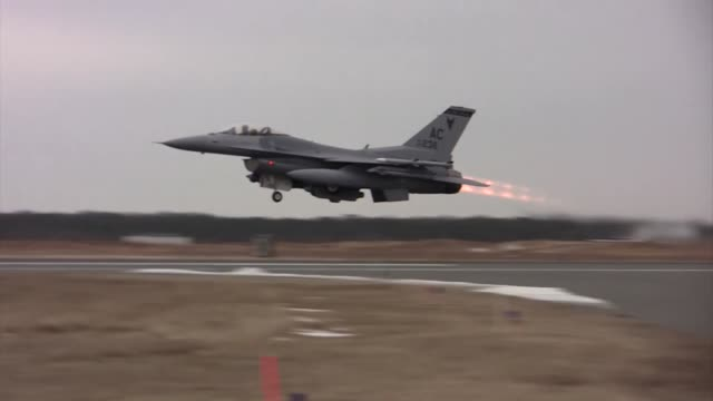 air force f-16c and d fighting falcons from the new jersey air national guard's 177th fighter wing take off from atlantic city international airport,... - インターセプト点の映像素材/bロール