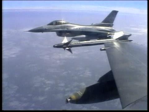 air force fighter jets flying in formation with missiles beneath wings - operation desert storm bildbanksvideor och videomaterial från bakom kulisserna