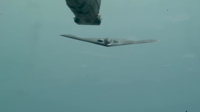 vidéos et rushes de a us air force kc10 extender conducts aerial refueling with us navy f/a18 super hornets and ea18 growlers and a us air force b2 spirit above joint... - armée de l'air américaine