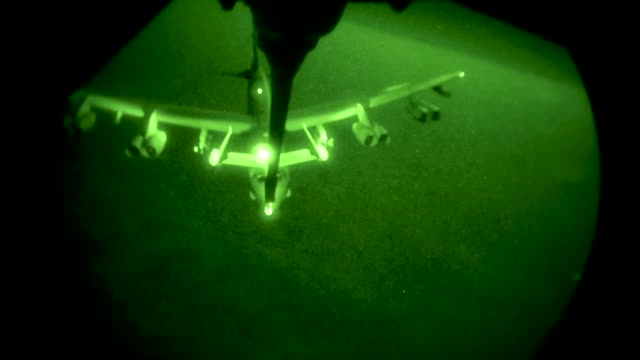 a us air force kc10 extender provides aerial refueling to us air force f22 raptors in support of operation inherent resolve on august 4 2017 the... - ministero americano della difesa video stock e b–roll