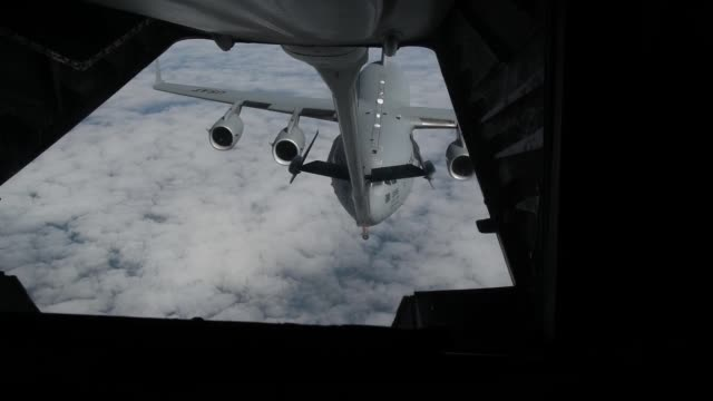 a us air force kc10 extender refuels a c17 globemaster during exercise jersey devil 19 - ボーイング点の映像素材/bロール