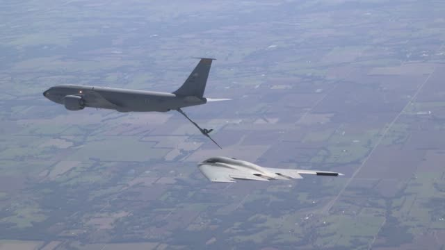vídeos de stock e filmes b-roll de a us air force kc135 stratotanker conducts aerial refueling with an us air force b2 spirit bomber above whiteman air force base missouri in support... - antena parte do corpo animal