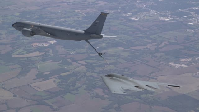 vídeos y material grabado en eventos de stock de a us air force kc135 stratotanker conducts aerial refueling with an us air force b2 spirit bomber above whiteman air force base missouri in support... - antena parte del cuerpo animal