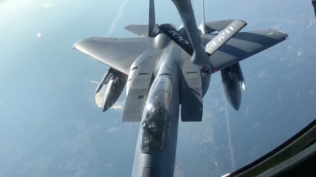 vidéos et rushes de us air force kc135 stratotanker from the 100th air refueling wing refuels f16 fighting falcons and f15 eagles us air force recently conducted... - armée de l'air américaine