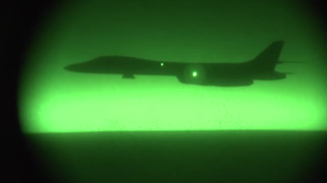 air force kc-135 stratotanker refuels a u.s. air force b-1b lancer supporting operations in syria, sept. 27, 2014. - ministero americano della difesa video stock e b–roll