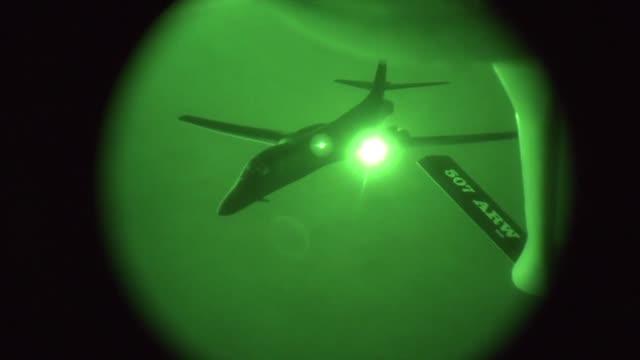 air force kc-135 stratotanker refuels a u.s. air force b-1b lancer supporting operations in syria, sept. 27, 2014. - amerikanska försvarsdepartementet bildbanksvideor och videomaterial från bakom kulisserna