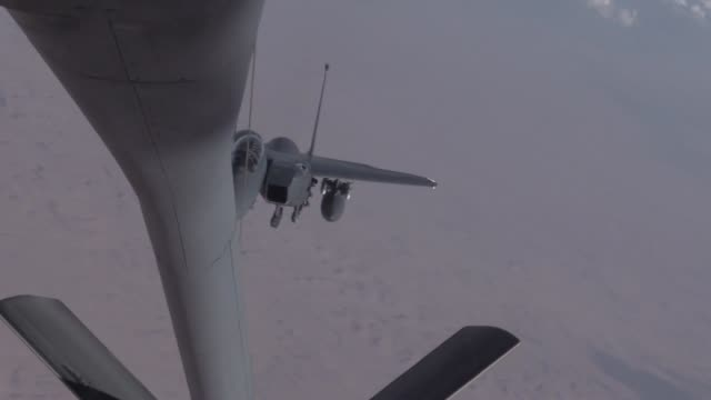 us air force members from the 340th ears preform aerial refueling to usaf f15 strike eagles from the 336th fighter squadron from seymore johnson air... - refueling stock videos & royalty-free footage