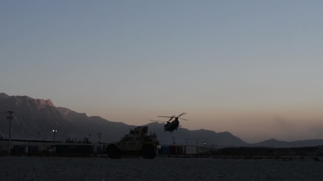stockvideo's en b-roll-footage met us air force pararescue airmen from the 83rd expeditionary rescue squadron at bagram airfield afghanistan conduct hoist training nov 1 2018 - bagram