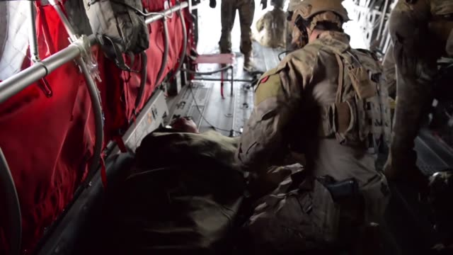 vídeos de stock e filmes b-roll de us air force pararescue airmen with the 83rd expeditionary rescue squadron conduct inflight medical training at bagram airfield afghanistan - base aérea de bagram