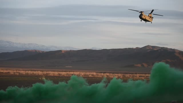 air force pararescuemen, assigned to the 83rd expeditionary rescue squadron, work with u.s. army task force brawler flying a ch-47f chinook during... - infanteri bildbanksvideor och videomaterial från bakom kulisserna