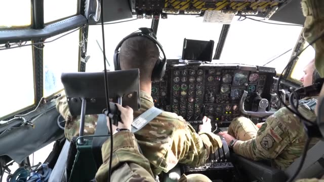 vidéos et rushes de us air force partnered with afghan air force aircrew members to conduct a casualty evacuation mission aboard c130 hercules while flying over areas of... - anti aérien