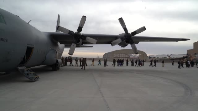 vídeos y material grabado en eventos de stock de air force partnered with afghan air force aircrew members to conduct a casualty evacuation mission aboard c-130 hercules while flying over areas of... - víctima de accidente