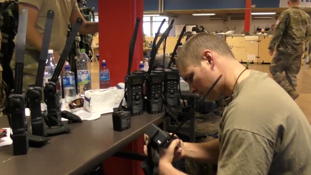 vídeos y material grabado en eventos de stock de us air force personnel assigned to the air national guard's 169th fighter wing from mcentire joint national guard base south carolina being the final... - walkie talkie