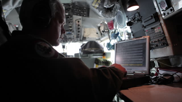 ms air force personnel working on computer during flight, colorado rockies, colorado, usa - luftwaffe stock-videos und b-roll-filmmaterial
