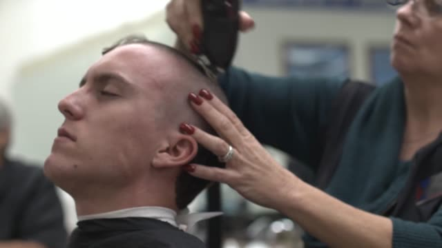 stockvideo's en b-roll-footage met us air force recruits get their first haircuts during basic military training at joint base san antoniolackland texas - helemaal kaal