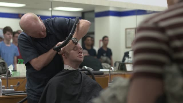 stockvideo's en b-roll-footage met air force recruits get their first haircuts during basic military training at joint base san antonio-lackland, texas. - military recruit