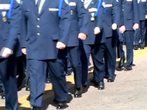 air force rotc kadetten marschieren - luftwaffe stock-videos und b-roll-filmmaterial