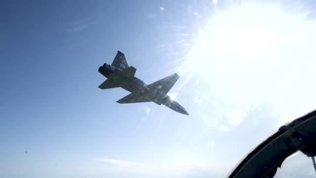 air force student pilots learn basic maneuvers in a t-38 talon, may 14 at vance air force base, oklahoma. - 鳥の鉤爪点の映像素材/bロール