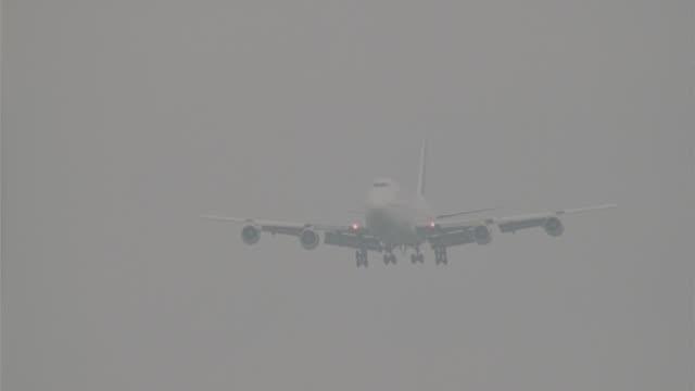 air france 747 landing - luftfahrzeug stock-videos und b-roll-filmmaterial