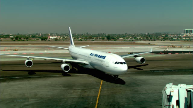 ms, ha, air france jumbo jet taxiing into terminal gate, los angeles, california, usa - arrival stock-videos und b-roll-filmmaterial