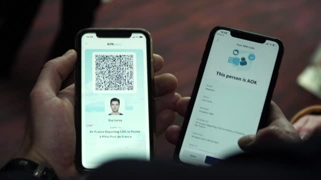 """stockvideo's en b-roll-footage met air france tests a """"digital health pass"""" in the form of a qr code on a number of flights from paris to guadeloupe, martinique and the united states - franse overzeese gebieden"""