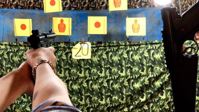 vídeos de stock, filmes e b-roll de pistola de ar - corte transversal