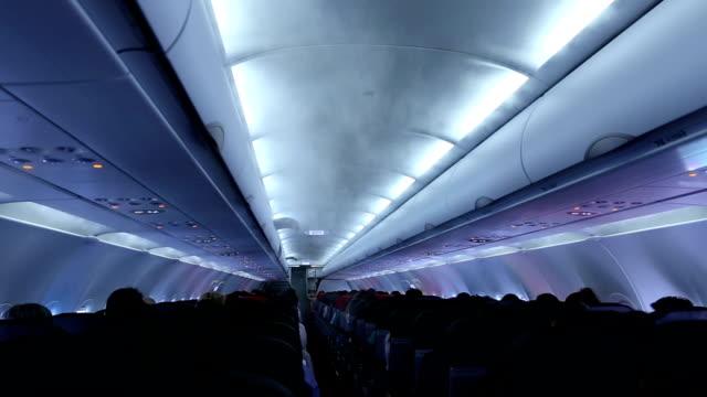 luft im flugzeug. - flugpassagier stock-videos und b-roll-filmmaterial