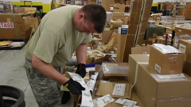 vídeos de stock e filmes b-roll de us air national guard logistics readiness squadron pack and prepare items for shipping at ramstein air base germany june 115 2019 - classificados