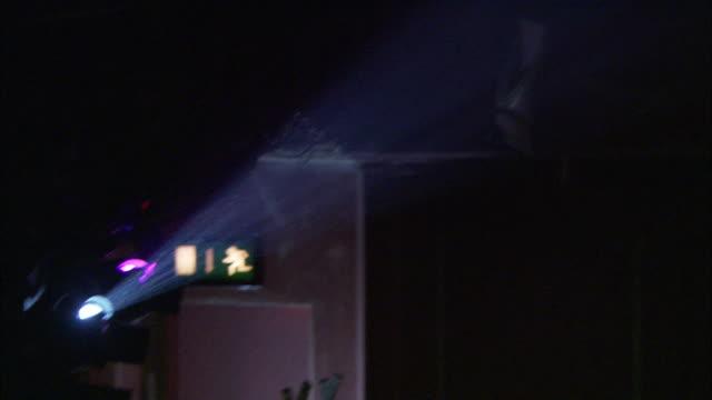 stockvideo's en b-roll-footage met air particles float in the beam of a spotlight. - keukentrap