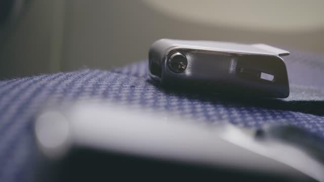 luft-flugzeug-sicherheitsgurt im flug - sicherheitsgurt sicherheitsausrüstung stock-videos und b-roll-filmmaterial