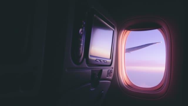 vidéos et rushes de aériens avion vue de la fenêtre pendant le vol - industrie aérospatiale