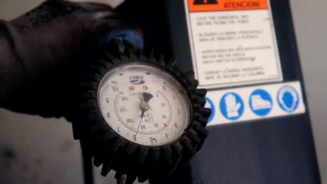 vídeos de stock, filmes e b-roll de medição com manómetro de pressão de ar - tyre