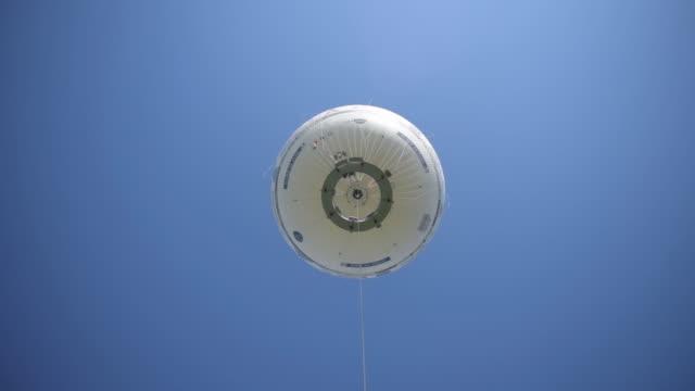 vídeos y material grabado en eventos de stock de air quality generali ballon in paris, france on saturday, july 18, 2020. generali ballon is a unique research and information tool on air quality in... - globo de helio