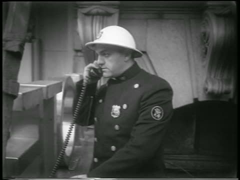 b/w 1951 air raid warden / policeman in helmet on telephone during civil defense drill / nyc / news - einzelner mann über 30 stock-videos und b-roll-filmmaterial